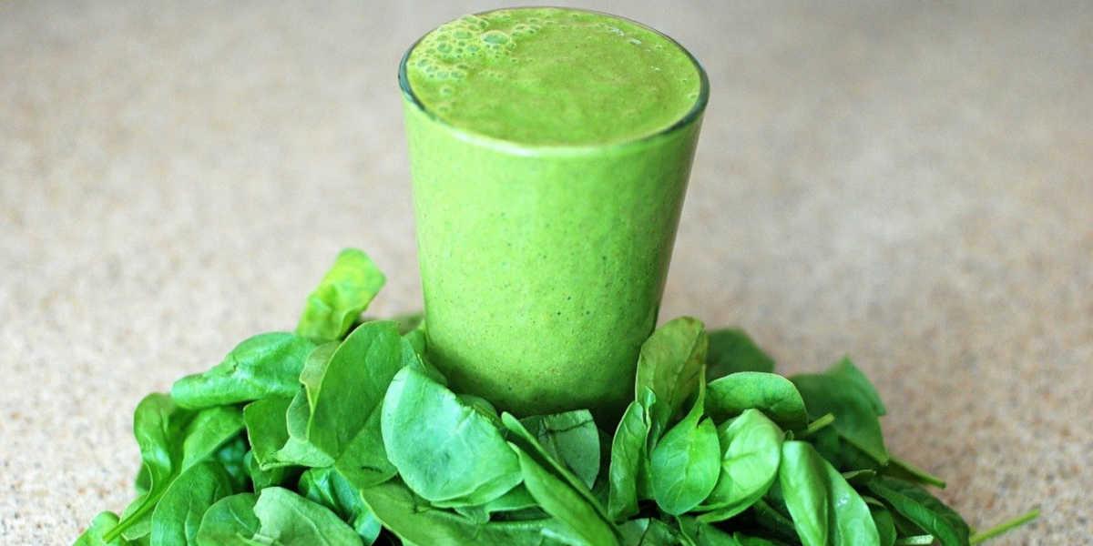 zelený koktejl - špenátové smoothie a syrový špenát maximalizují příjem hořčíku