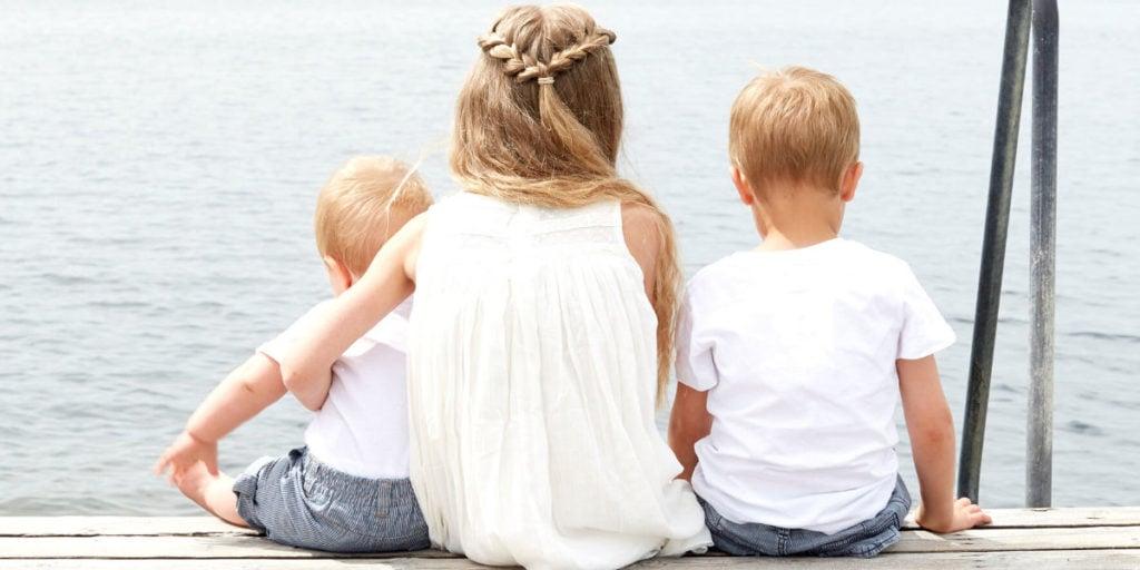 Děti trávící čas venku